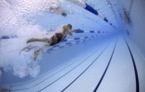 Mies ui altaassa pois päin kämerasta