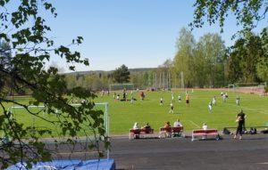 Kuva Iittalan urheilukentästä. Nurmella käynnissä jalkapallo-ottelu.