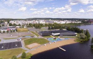 Ilmakuva Hämeenlinnan uimahallista ja Hämeensaaren alueesta