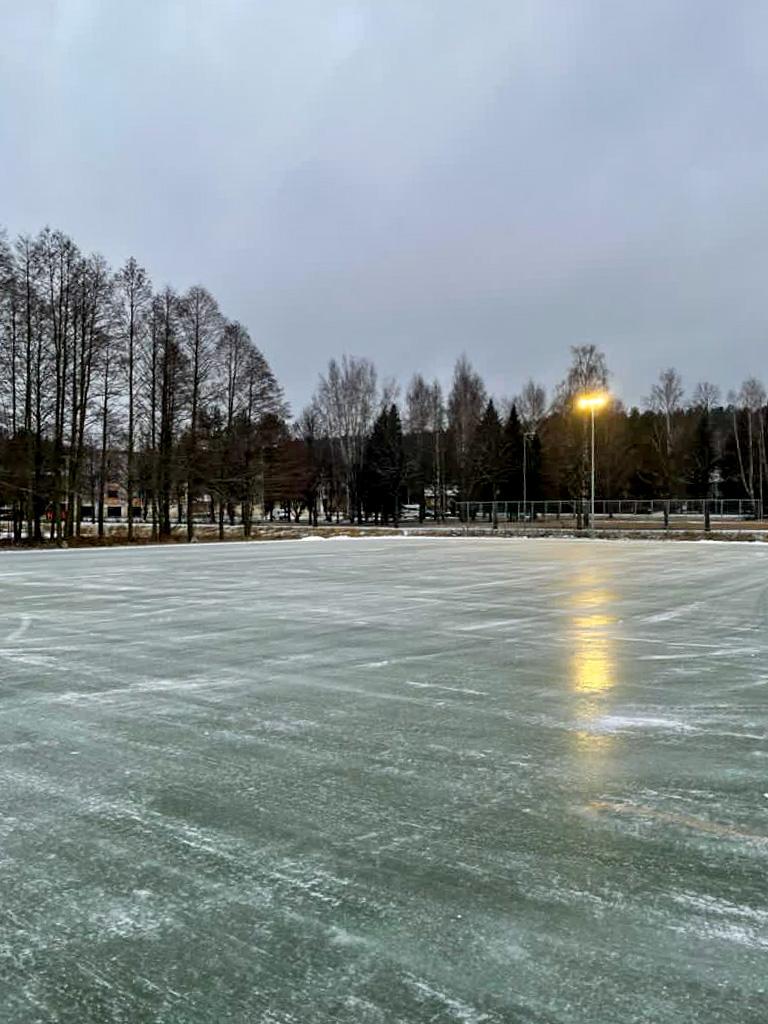 Kuvassa vasta avattu urheilupuiston jääkenttä.