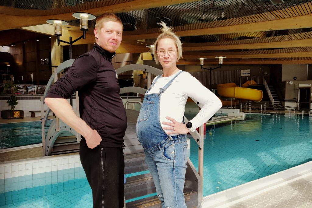 Kuvassa Panu Tavisalo ja Sarianna Ollikainen-Rantanen uima-altaan reunalla.