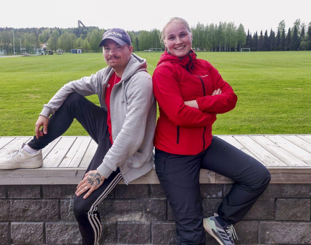 Kuvassa liikunnanohjaajamme Venla Heikkinen ja Mikko Koski Hämeenlinnan Urheilupuistossa